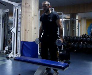 subida de escalones con barra de pesas