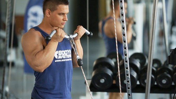 Curl biceps con polea baja - Fitness Guia - FITNESS-GUIA.ES